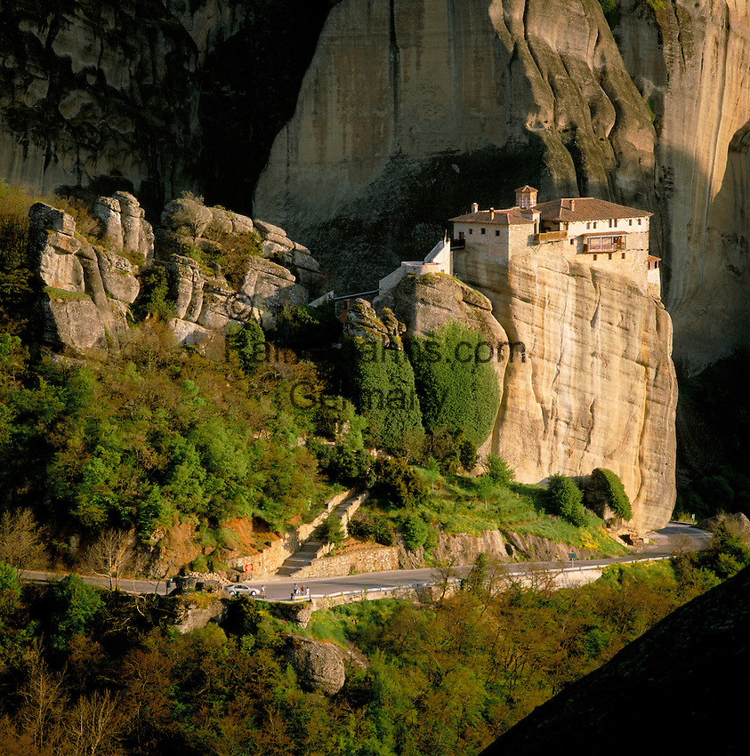 Greece, Thessaly, near Kalambaka: The Metéora monasteries, UNESCO World Heritage - The Rousanou Monastery | Griechenland, Thessalien, bei Kalambaka: die Metéora-Kloester, oestlich des Pindos-Gebirges gehoeren zum UNESCO-Weltkulturerbe - Das Kloster Rousánou