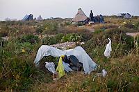 Una delle tende di fortuna costruite dagli immigrati Tunisini giunti in massa nell'isola di Lampedusa.