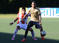RIONEGRO-ANTIOQUIA  - COLOMBIA - 12-09-2015:Accion  de juego entre Aguilas Doradas  con el Atletico Junior   durante partido  por la fecha 12 de la Liga Aguila II 2015 jugado en el estadio Alberto Grisales. /Action game Aguilas Doradas between Atletico Junior during the match date 12 2015 Eagle II League played in the stadium Alberto. Photo: VizzorImage / Leon Mosalve  / Str.