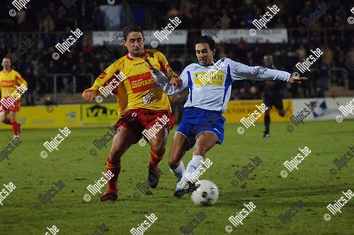 Geel - Tubize: Georges Dimitriadis (L) probeert Sidi Farssi (Geel) van de bal te zetten.