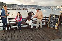 fecha:21-07-2011 En Mugardos, Coruña, iniciativa de una asociacion de comerciantes, que permite a los vecinos pagar con pesetas. Gente de muchos lugares acudio a comprar. Y tambien hubo coleccionistas interesados. Las ventas no compensaron a los comerciantes, dado que tenian perdidas al hacer el cambio. Aun asi la acogida tuvo exito. En la imagen gente del pueblo de Mugardos, toman una taza en el bar del puerto. En la foto la Ria de Ferrol. Foto: pedro agrelo