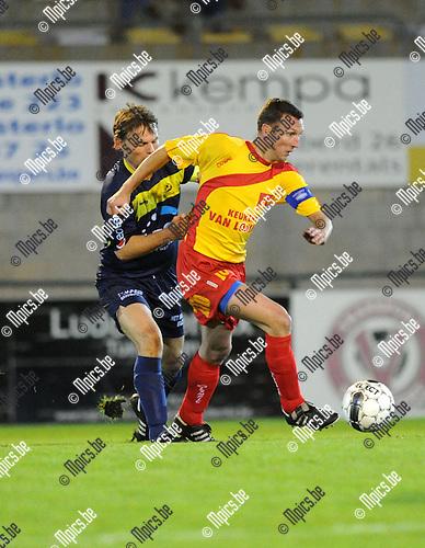 2012-10-12 / Voetbal / seizoen 2012-2013 / Oosterzonen - Spouwen-Mopertingen / Ken Thys (Oosterzonen) met Sven Hoste in de rug..Foto: Mpics.be