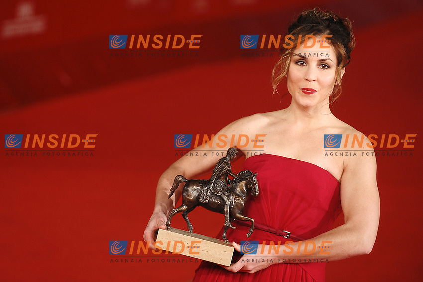 Noomi Rapace poses with her Marc' Aurelio Best Actress award for 'Babycall'.Roma 4/11/2011 Auditorium.Festival Internazionale del Film di Roma.Award ceremony Red Carpet.Foto Andrea Staccioli Insidefoto