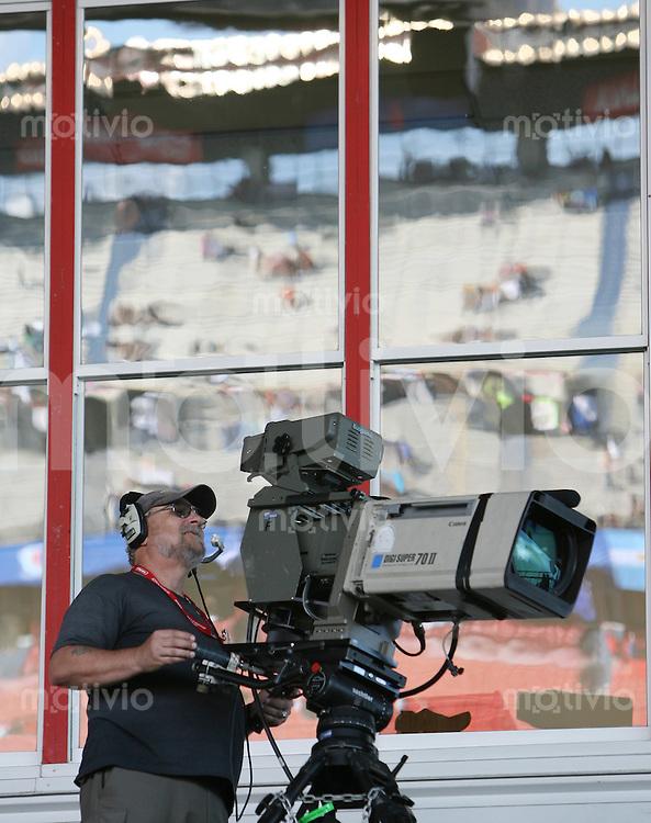 Fussball International U 20 WM  Viertelfinale Argentinien-Mexiko.    Ein Kameramann bei der Arbeit im Stadion, im Hintergrund spiegelt sich die Gegentribuehne des Frank Clair-Stadions wider.