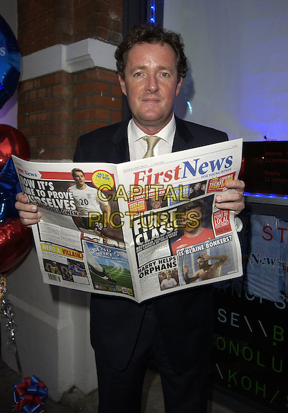 PIERS MORGAN.First News - launch party at Fire & Stone, Covent Garden, London, UK..May 4th, 2006.Ref: CAN.half length newspaper reading.www.capitalpictures.com.sales@capitalpictures.com.©Capital Pictures
