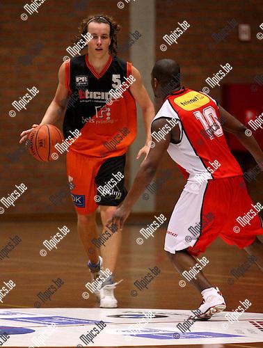 2008-10-11 / Basketbal / Willebroek - Antwerp Giants 2 / Celis (Giants 2) zoekt een weg rond Klooster van Willebroek..Foto: Maarten Straetemans (SMB)