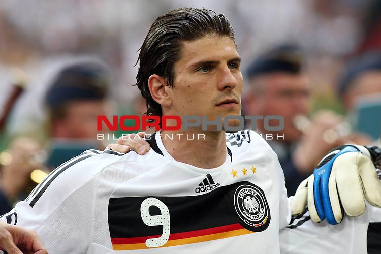 UEFA Euro 2008 Test - Deutschland (GER) vs. Serbien ( SRB ) 2 - 1 am 31.05.2008 in Gelsenkirchen - Auf Schalke<br /> Freundschaftsspiel - Friendlymatch<br /> <br /> Mario Gomez (#9 VfB Stuttgart Deutsche Nationalmannschaft) vor dem Spiel w&auml;hrend der Nationalhymne.<br /> <br /> Foto &copy; nph (  nordphoto  ) *** Local Caption ***
