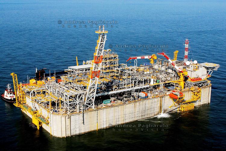 Italia, Ponte Viro (Rovigo).  Terminale di rigassificazione Exxon-Quatar Petroleum-Edison a 15 km dal delta del fiume Po. <br /> Italy, Ponte Viro (Rovigo).<br /> Exxon-Quatar Petroleum-Edison gas terminal.