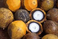 Nome científico: Astrocaryum vulgare Mart.<br /> <br /> O tucumã é espécie nativa do norte da América do Sul, possivelmente do Pará, onde tem seu centro de dispersão. Distribuído até a Guiana Francesa e Suriname.<br /> <br /> Fruto do tucumanzeiro, palmeira que chega a alcançar 10m de altura.<br /> <br /> Essa palmeira produz cachos com numerosos frutos de formato ovóide, casca amarelo-esverdeada e polpa fibrosa, amarela, oleaginosa característica, que reveste o caroço.<br /> <br /> Amazonas, Brasil<br /> <br /> Foto Marcelo Gordo