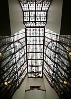 Nederland  Amsterdam - 2017.   Open Monumentendag. Het Scheepvaarthuis -  Grand Hotel Amrath. Het Scheepvaarthuis is ontworpen door J.M van der Mey. Glas-in-lood in het trappenhuis.  Foto Berlinda van Dam / Hollandse Hoogte
