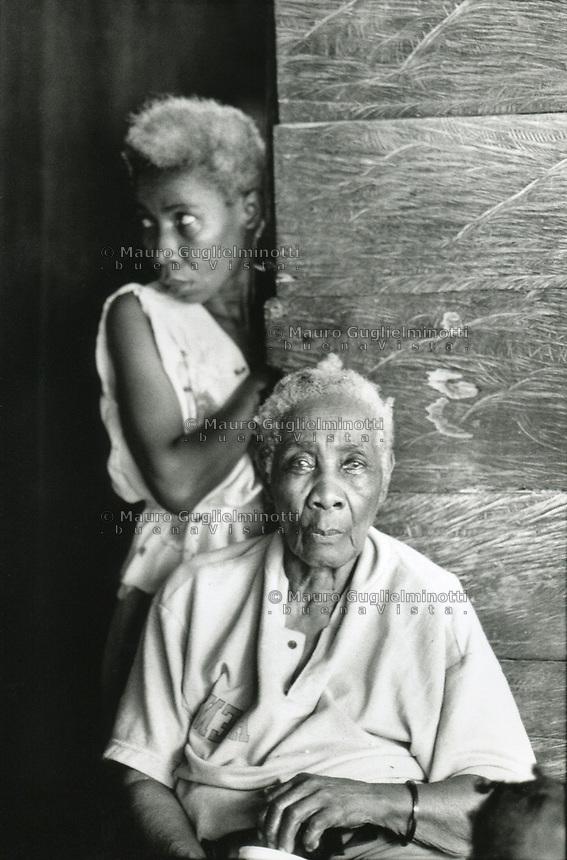 studi sulla malaria - Università di Cali e il villaggio di Buenaventura Anziana seduta e donna in piedi
