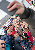 10th February 2019, Are, Sweden; Alpine skiing: Combination, ladies: downhill; Lindsey Vonn from the USA poses after the race with her sister Karin Kildow (r) for a Selfie.