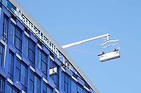 Nederland  Amsterdam -  2018.  Glazenwassers bij het kantoor van NautaDutilh.   Foto Berlinda van Dam / Hollandse Hoogte