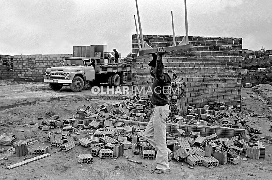 Desocupação de invasores de terra, Campo Limpo. São Paulo. 1981. Foto de Juca martins.