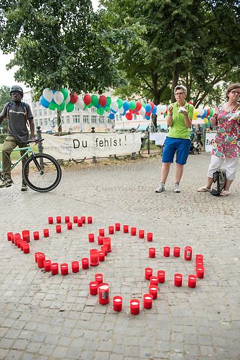 Internationaler Gedenktag fuer verstorbene Drogengebraucher.<br /> Unter dem Titel &bdquo;Menschenwuerde in der Substitution&ldquo; veranstalteten die Organisationen Deutsche AIDS-Hilfe, Fixpunkt e.V., JES Bundesverband e.V. und die Berliner Aids-Hilfe e.V. auf dem Oranienplatz in Berlin-Kreuzberg eine Gedenkveranstaltung fuer die an Drogenkonsum verstorbenen Menschen.<br /> In Berlin ist die Zahl der an illegalisierten Drogen verstorbenen Menschen im vergangenen Jahr um 24 Prozent gestiegen. Fast jeden 2. Tag stirbt ein Drogengebraucher bzw. eine Drogengebraucherin in der Stadt, 153 Menschen waren es 2015.<br /> Im Bild: Kerzen welche die Anzahl der Toten von 2015 darstellen. <br /> 21.7.2016, Berlin<br /> Copyright: Christian-Ditsch.de<br /> [Inhaltsveraendernde Manipulation des Fotos nur nach ausdruecklicher Genehmigung des Fotografen. Vereinbarungen ueber Abtretung von Persoenlichkeitsrechten/Model Release der abgebildeten Person/Personen liegen nicht vor. NO MODEL RELEASE! Nur fuer Redaktionelle Zwecke. Don't publish without copyright Christian-Ditsch.de, Veroeffentlichung nur mit Fotografennennung, sowie gegen Honorar, MwSt. und Beleg. Konto: I N G - D i B a, IBAN DE58500105175400192269, BIC INGDDEFFXXX, Kontakt: post@christian-ditsch.de<br /> Bei der Bearbeitung der Dateiinformationen darf die Urheberkennzeichnung in den EXIF- und  IPTC-Daten nicht entfernt werden, diese sind in digitalen Medien nach &sect;95c UrhG rechtlich geschuetzt. Der Urhebervermerk wird gemaess &sect;13 UrhG verlangt.]