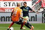 Nederland, Enschede, 29 april 2012.Eredivisie.Seizoen 2011-2012.FC Twente-Ajax.Gregory van der Wiel (r.) van Ajax passeert Nikolay Mihaylov (l.), keeper (doelman) van FC Twente