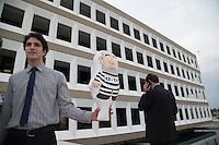 BRASILIA, DF, 07.10.2015 - TCU-CONTAS -  Homem segura boneco inflável simbolizando o ex-presidente Lula, em frente ao TCU, onde acontecerá sessão para análise das contas públicas do Governo da presidente Dilma Rousseff de 2014, nesta quarta-feira, 07.(Foto:Ed Ferreira / Brazil Photo Press)