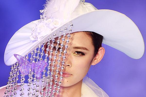 SMA033 PEKÍN (CHINA) 26/10/2012.- Una modelo desfila con un diseño de la firma china  G... Vill durante la Semana de la Moda de Pekín, que se celebra del 24 de octubre al 3 de noviembre, en China, hoy, viernes 25 de octubre. EFE/Diego Azubel