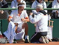 10-07-11, Tennis, South-Afrika, Potchefstroom, Daviscup South-Afrika vs Netherlands,  Robin Haase wordt bijgepraat door op zijn knieen zittende captain Jan Siemerink