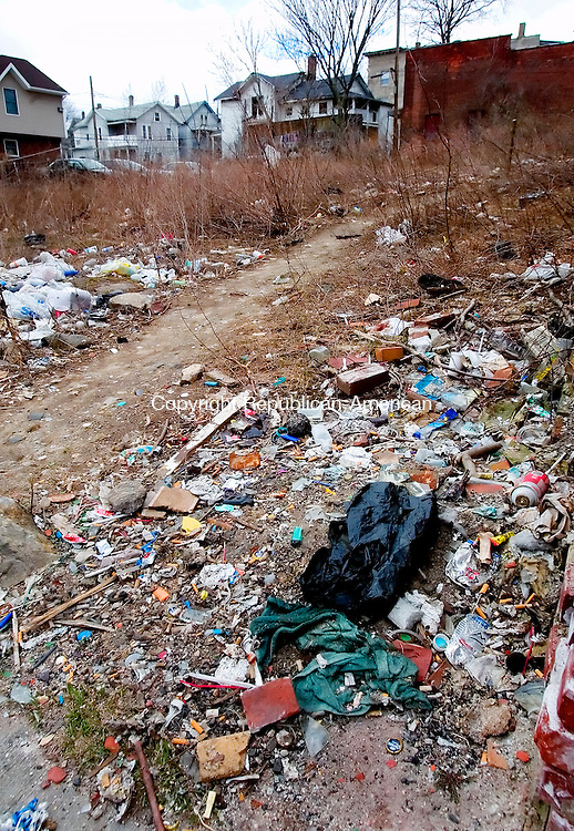 WATERBURY, CT. 10 April 2007-041007SV09--A vacant lot next to 635 South Main St. is filled with trash in Waterbury.<br /> Steven Valenti Republican-American