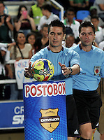CALI - COLOMBIA -02-04-2014: Harold Perilla, arbitro, durante  partido Deportivo Cali y Alianza Petrolera por la fecha 14 de la Liga Postobon I 2014 en el estadio Pascual Guerrero de la ciudad de Cali.  / Harold Perilla, referee, during a match Deportivo Cali and Alianza Petrolera for the date 14th of the Liga Postobon I 2014 at the Pascual Guerrero stadium in Cali city. Photo: VizzorImage / Luis Ramirez / Staff.