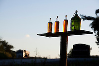 Monsenhor Paulo_MG, Brasil...Garrafas de pinga comercializadas na beira de uma rodovia em Monsenhor Paulo...The cachaca bottle are seller in a highway in Monsenhor Paulo...Foto: LEO DRUMOND / NITRO.....
