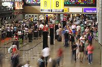 SAO PAULO, SP, 28 DE DEZEMBRO 2012 - AEROPORTO GUARULHOS MOVIMENTACAO - Movimentação tranquila de passageiros no Aeroporto Internacional de Guarulhos, região metropolitana de São Paulo. É esperado um aumento no número de passageiros no inicio da noite desta sexta, 28. (FOTO: LUIZ GUARNIERI / BRAZIL PHOTO PRESS).