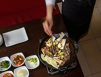 Bulgogi- am Tisch gegrilltes Rindfleisch, koeranisches Restaurant Han Mi, Rentzelstr. 36, Hamburg, Deutschland<br /> Bulgogi-barbecued beef, Korean  Restaurant Han Mi, Rentzelstr. 36, Hamburg, Germany