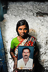 INDIA Maharashtra, widow of died cotton farmer  Vittal Bhojanna Bandarwar, who has committed suicide due to high debt and cotton crop failure in Vidarbha region / INDIEN Maharashtra, Region Vidarbha , Dorf Kelapur, Witwe des verstorbenen Baumwollfarmer  Vittal Bhojanna Bandarwar, der nach Missernte und hoher Verschuldung Selbstmord begangen hat
