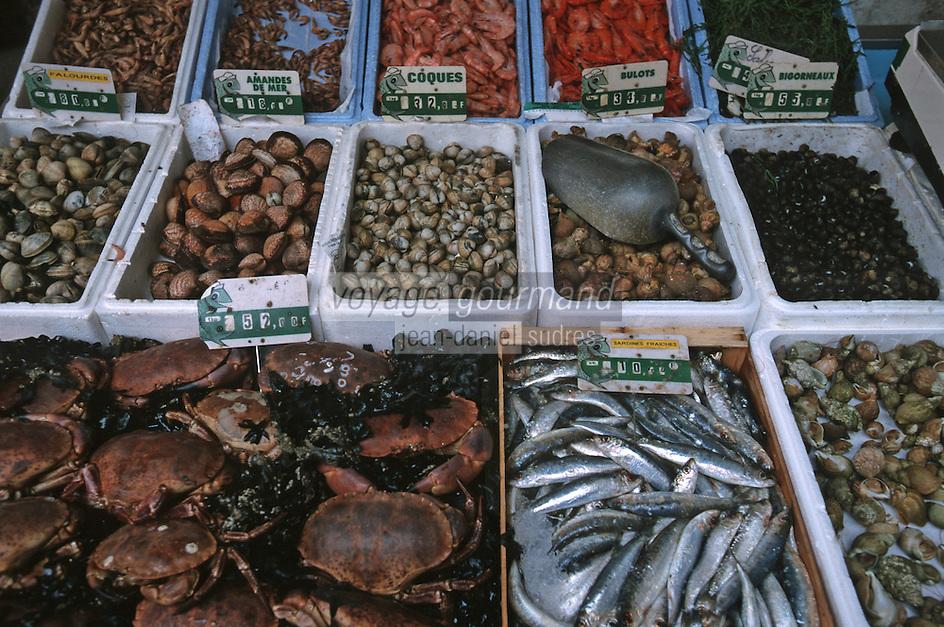 France/17/Charente Maritime/La Rochelle: Marché couvert central - Détail d'un étal de poissonnier