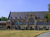 Bronzefiguren Wihelm der Große, Barbarossa und Braunschweiger Löwe und Kaiserhaus, Kaiserpfalz in Goslar 11. Jh., Niedersachsen, Deutschland, Europa, UNESCO-Weltkulturerbe<br /> Bronze Statues in front of Kaiserpfalz 11.c., Goslar, Lower Saxony,, Germany, Europe, UNESCO Heritage Site