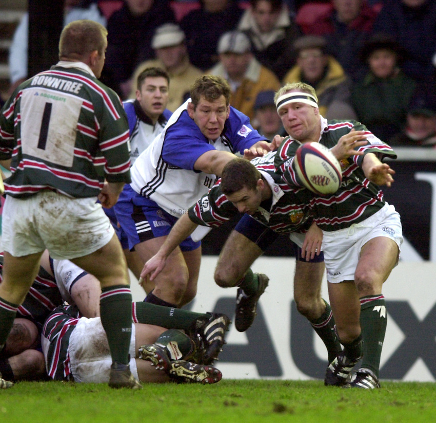 Photo. Richard Lane. .Leicester v Bath. Zurich Premiership. 16/12/2000..Neil Back gets the ball away