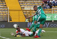 BOGOTÁ - COLOMBIA, 27-04-2019:Jaider Riquett (Der.) jugador de La Equidad  disputa el balón con Jefferson Martinez (Izq.) jugador del Envigado durante partido por la fecha 18 de la Liga Águila I 2019 jugado en el estadio Metropolitano de Techo de la ciudad de Bogotá. /Jaider Riquett (R) player of La Equidad fights the ball  against of Jefferson Martinez (L) player of Envigado  during the match for the date 18 of the Liga Aguila I 2019 played at the Metropolitano de Techo  stadium in Bogota city. Photo: VizzorImage / Felipe Caicedo / Staff.
