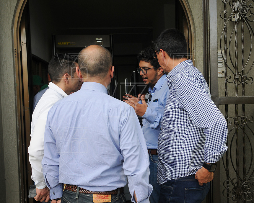 """CALI - COLOMBIA, 22-06-2018: Familiares de Javier Ortega, Paul Rivas y Efrain Segarra, dos periodistas y el conductor del diario ecuatoriano El Comercio, aguardan en las oficinas de medicina Legal de la ciudad de Cali Colombia hoy, 22 de junio de 2018, por los cuerpos sin vida rescatados en las últimas horas por el ejército de Coplombia. El equipo del diario El Comercio, compuesto por el periodista Javier Ortega, el fotógrafo Paúl Rivas y el conductor Efraín Segarra, fue secuestrados el 26 de marzo de 2018 en una zona rural de la parroquia de Mataje, cantón de San Lorenzo, provincia de Esmeraldas, fronteriza con Colombia, a donde se desplazó para cubrir la inseguridad creciente en la zona y fueron luego asesinados en cautiverio por un grupo de rebeldes disidentes de las FARC liderados por Walter Patricio Arizala, alias """"Guacho"""". / Relatives of Javier Ortega, Paul Rivas and Efrain Segarra, two journalists and the driver of the Ecuadorian newspaper El Comercio, are waiting in the offices of Legal Medicine of the city of Cali Colombia today, June 22, 2018, for the bodies rescued in the last hours by the army of Coplombia. The El Comercio newspaper team, composed of journalist Javier Ortega, photographer Paul Rivas and driver Efrain Segarra, was kidnapped on March 26, 2018 in a rural area of the Mataje parish, canton of San Lorenzo, province of Esmeraldas, border with Colombia, where they moved to cover the increasing insecurity in the area and were later killed in captivity by a group of dissident rebels of the FARC led by Walter Patricio Arizala, alias """"Guacho"""". Photo: VizzorImage / Alejandra Arango / Cont"""