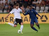 FUSSBALL INTERNATIONAL Laenderspiel Freundschaftsspiel U 21   Deutschland - Frankreich     13.08.2013 Leon Goretzka (li, Deutschland) gegen Nampalys Mendy (Frankreich)
