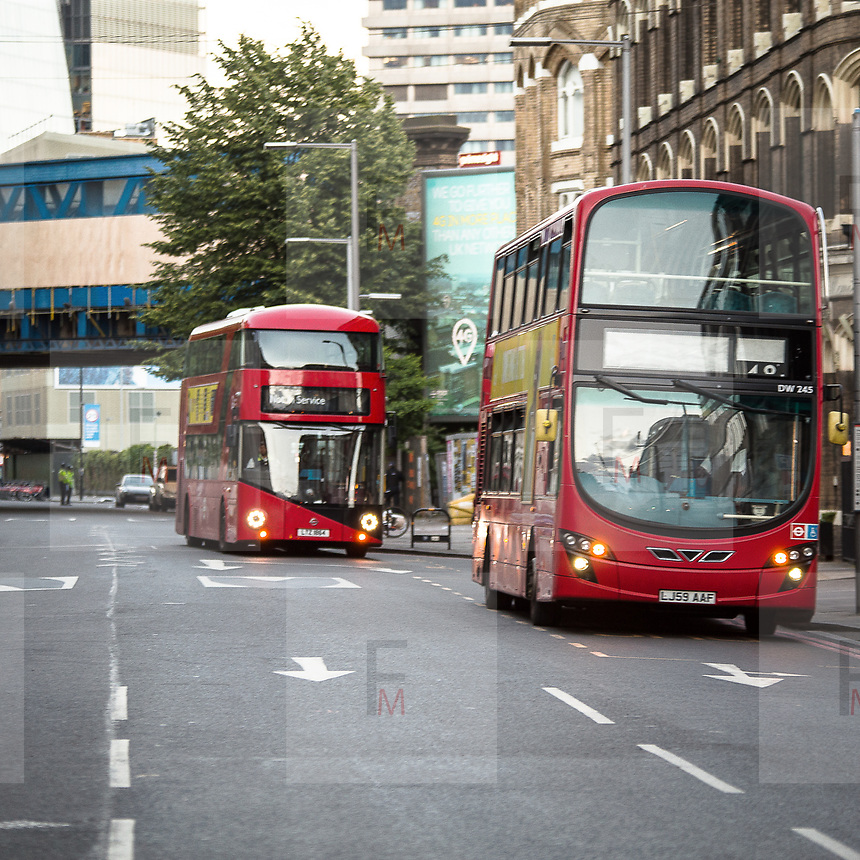 I luoghi dell'attentato a Londra presidisti dalla polizia e dalle troupe delle televisioni internazionali. Gli autobus rilsaciati escono dalla zona presidiata.<br /> <br /> The area of Saturday's attack in London under the police's control and the international televisions. The unlock buses leave the closed zone.