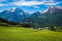 Deutschland, Bayern, Berchtesgadener Land, Ramsau bei Berchtesgaden: Gnotschaft (Ortsteil) Schwarzeck, Blick von Hochschwarzeck in die Berchtesgadener Alpen mit Watzmann (links) 2.713 m und Hochkalter 2.607 m   Germany, Upper Bavaria, Berchtesgadener Land; Ramsau bei Berchtesgaden: district Schwarzeck, view from Hochschwarzeck towards Berchtesgaden Alps with summits Watzmann 2.713 m (left) and Hochkalter 2.607 m