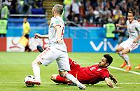 KAZAN - RUSIA, 20-06-2018: Morteza POURALIGANJI (Der) jugador de RI de Irán disputa el balón con Andres INIESTA (Izq) jugador de España durante partido de la primera fase, Grupo B, por la Copa Mundial de la FIFA Rusia 2018 jugado en el estadio Kazan Arena en Kazán, Rusia. /  Morteza POURALIGANJI (R) player of IR Iran fights the ball with Andres INIESTA (L) player of Spain during match of the first phase, Group B, for the FIFA World Cup Russia 2018 played at Kazan Arena stadium in Kazan, Russia. Photo: VizzorImage / Julian Medina / Cont
