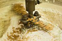 Europe/France/Rhône-Alpes/26/Drôme/Montélimar: Fabrication traditionnelle  du Nougat de Montélimar chez Eric Escobar - Le mélange est malaxé pour une bonne répartition des amandes et pistaches.
