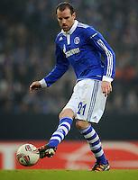 FUSSBALL   EUROPA LEAGUE   SAISON 2011/2012  SECHZEHNTELFINALE FC Schalke 04 - FC Viktoria Pilsen                          23.02.2012 Christoph Metzelder (FC Schalke 04) Einzelaktion am Ball