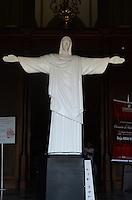 ATENCAO EDITOR: FOTO EMBARGADA PARA VEICULOS INTERNACIONAIS. SAO PAULO, SP, 07 DE DEZEMBRO DE 2012 - Replica em menor escala do Cristo Redentor, exposta na entrada da Catedral da Se, vista na tarde desta sexta feira, 07, regiao central da capital . FOTO: ALEXANDRE MOREIRA - BRAZIL PHOTO PRESS.