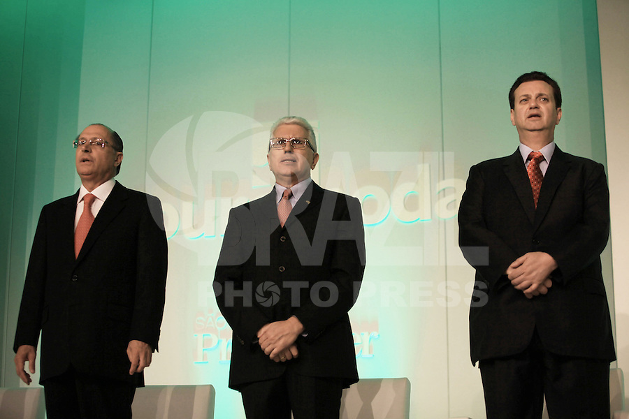 SAO PAULO, SP, 16 DE JANEIRO DE 2012 - COUROMODAS - O governador de Sao Paulo Geraldo Alckmin (E), O prefeito de Sao Paulo Gilberto Kassab (C) e o presidente da Couromoda Francisco Santos, durante abertura da Feira Couromoda , no pavilhao de Exposicao do Anhembi zona norte da cidade, nesta manha de segunda-feira (16). FOTO: RICARDO LOU - NEWS FREE.