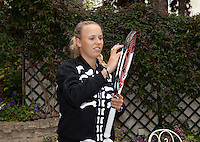 26-05-11, Tennis, France, Paris, Roland Garros ,   Caroline Wozniaki prepairing her rackets