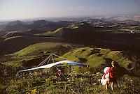 Europe/France/Auvergne/63/Puy-de-Dôme/Parc Naturel Régional des Volcans/Monts Dômes: La chaîne des Puys avec le Puy-de-Dôme (1465mètres) et deltaplane