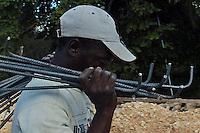 Obrero Haitiano en una construcion turistica de la zona de Juan Dolio muestra la Presencia Haitiana en la Republica Dominicana..Lugar:Santo Domingo, RD.Foto:Cesar de la Cruz.Fecha:.