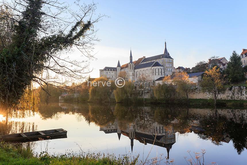 France, Indre, Saint-Gaultier, la Creuse et l'abbaye le soir