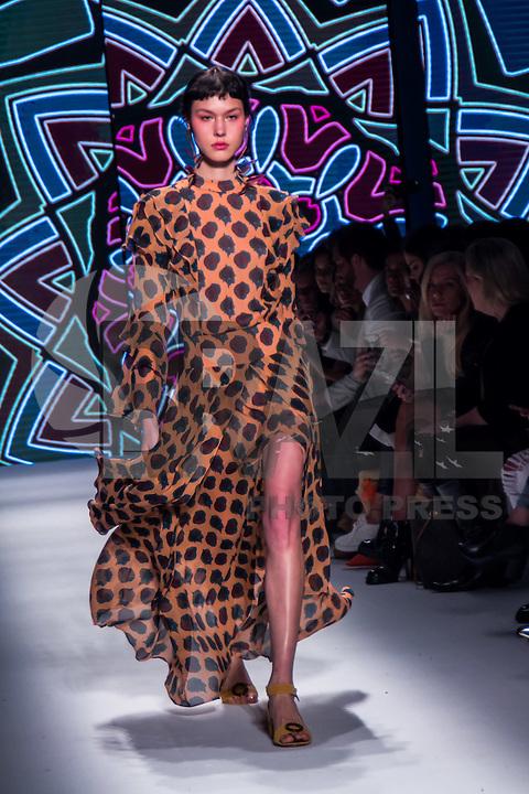 SÃO PAULO,SP, 25.10.2016 - SPFW-LILLY SARTI  - Desfile da grife Lilly Sarti durante <br /> a São Paulo Fashion Week N42 no Parque do Ibirapuera na região sul de São Paulo <br /> nesta terça-feira, 25. (Foto: Fabricio Bomjardim/Brazil Photo Press)