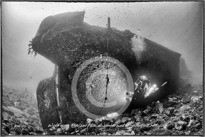 Schiffswrack HMAV Hellespont vom 2. Weltkrieg und Taucher, Schwarzweiss Aufnahme, Shipwreck HMAV Hellespont from 2nd Worldwar and Scuba diver, Black and white, Malta