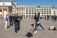 """Die Menschenrechtsorganisation """"Seebruecke"""" rief fuer Samstag den 5. April 2020 zu einer Aktion vor dem Brandenburger Tor unter dem Motto """"#LeaveNoOneBehind"""" (Lasst keinen zurueck) auf. Seebruecke fordert, dass die Bundesregierung sofort die gefluechteten Menschen aus den griechischen Fluechtlingslagern evakuiert, die dort seit Monaten unter katastrophalen Bedingungen leben muessen.<br /> Als Zeichen des Protest gegen die Weigerung der Bundesregierung eine Evakuierung durchzufuehren stellten Menschen vor dem Brandenburger Tor Schuhe auf und legten Schilder """"Wir haben Platz"""" hin.<br /> Trotz der Ankuendigung den Protest unter Vorgaben des Infektionsschutzes aufgrund der Beschraenkungen wegen der Covid-19-Pandemie durchzufuehren - ausreichend Abstand zwischen den Menschen und nicht mehr als zwei Personen gleichzeitig - war die Kundgebung von den Behoerden verboten worden. Die Polizei sammelte die Schuhe und Schilder ein, nahm die Personalien von einzelnen Menschen auf.<br /> Im Bild: Drei Personen machten vor dem Brandenburger Tor Yoga, Sport im Freien soll erlaubt sein, die Polizei nahm mit der Begruendung sie waeren Teilnehmer der verbotenen Veranstaltung, die Personalien auf.<br /> 5.4.2020, Berlin<br /> Copyright: Christian-Ditsch.de<br /> [NUR FUER REDAKTIONELLE ZWECKE! Werbung nur auf Anfrage beim Fotografen. Inhaltsveraendernde Manipulation des Fotos nur nach ausdruecklicher Genehmigung des Fotografen. Vereinbarungen ueber Abtretung von Persoenlichkeitsrechten/Model Release der abgebildeten Person/Personen liegen nicht vor. NO MODEL RELEASE! Don't publish without copyright Christian-Ditsch.de, Veroeffentlichung nur mit Fotografennennung, sowie gegen Honorar, MwSt. und Beleg. Konto: I N G - D i B a, IBAN DE58500105175400192269, BIC INGDDEFFXXX, Kontakt: post@christian-ditsch.de<br /> Bei der Bearbeitung der Dateiinformationen darf die Urheberkennzeichnung in den EXIF- und  IPTC-Daten nicht entfernt werden, diese sind in digitalen Medien nach §95c UrhG rechtlich """
