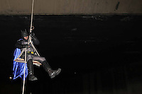 """SAO PAULO, SP, 22.10.2013 - PROTESTO BATMAN - Batman e a Liga da Justica do grupo Loucos pela Paz acompanhados do programa """"A Liga"""" da TV Bandeirantes com o apresentador e humorista Rafael Bastos vestido de Homem Aranha realizam manifesto para mostrar o placar da violência no viaduto Santa Generosa no bairro do Paraiso regiao sul da cidade de Sao Paulo na noite desta terca-feira, 22.(Foto: Vanessa Carvalho / Brazil Photo Press)."""